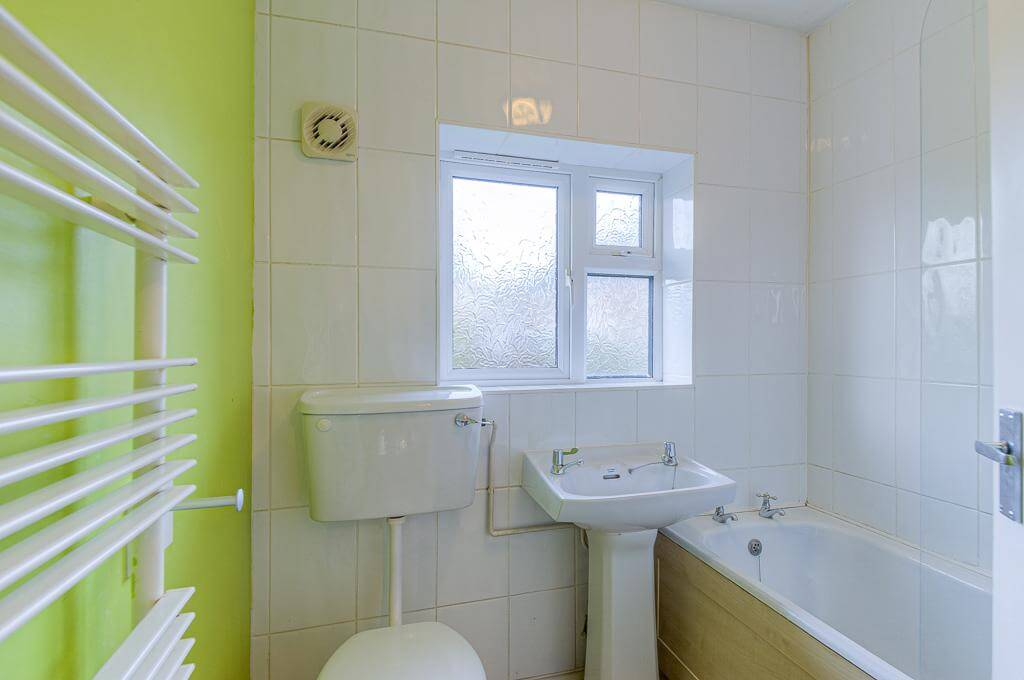 David Cosby Chartered Surveyors & Estate Agents - PINEWOOD, BLETCHLEY - Bathroom